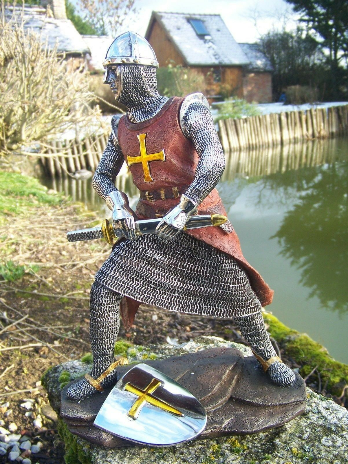 15107B  FIGURINE  STATUETTE CHEVALIER  ARMURE CROISE TEMPLIER  MEDIEVAL