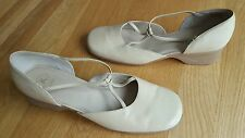 Clarks k softees Women Ladies Cream Leather Shoes Size UK 7 Lovely condition!