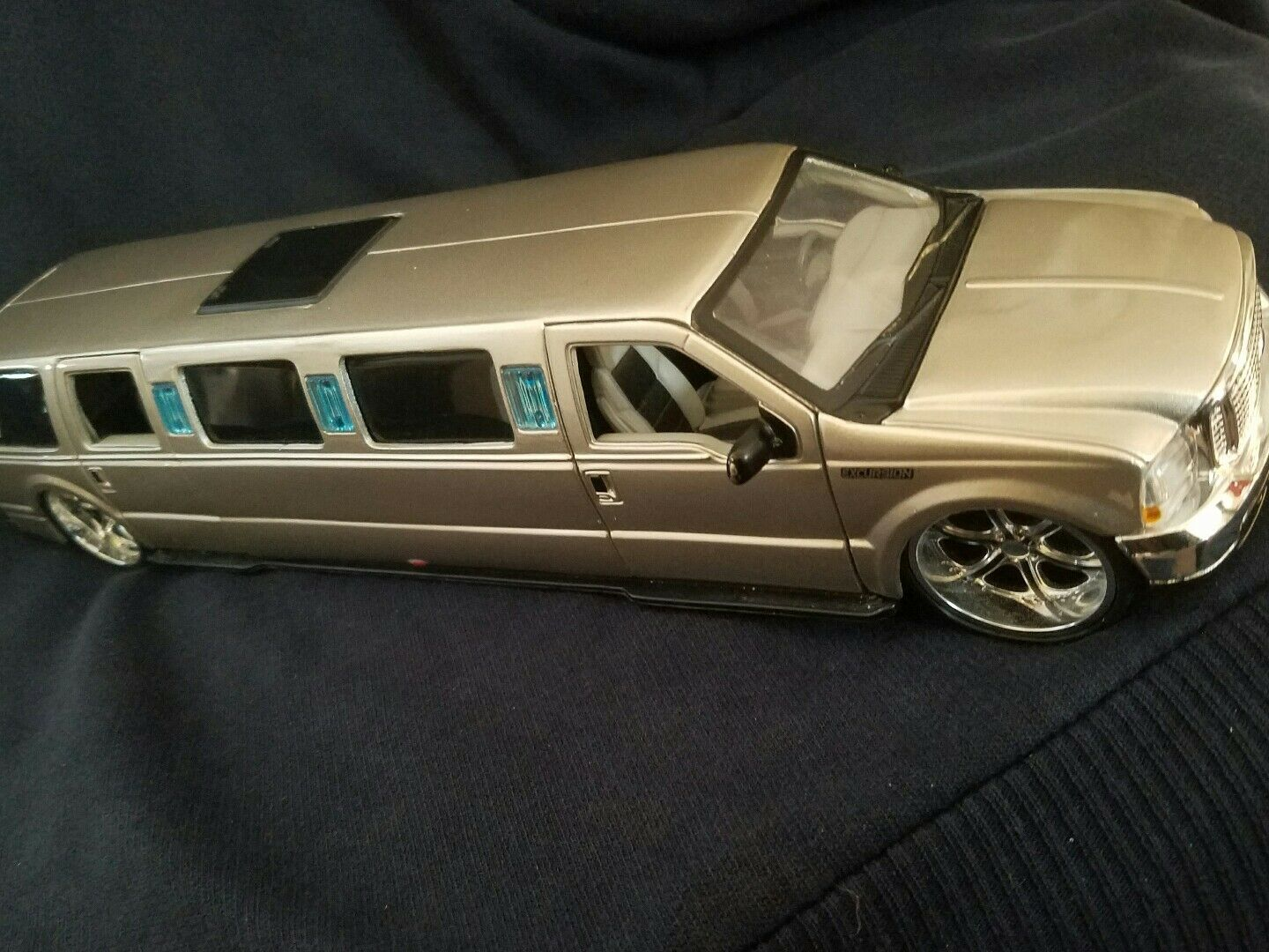 Maisto 1 24th scale Tan Tan Tan Ford Excursion Limosine - MIP 039a57
