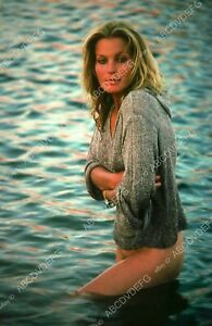 8b20-15499 beautiful and bare Bo Derek playing in the sand 8b20-15499