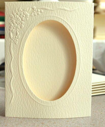 Espacios en blanco de la tarjeta de 5 con apertura oval 152 X 105mm crema//blanco con textura en relieve y NUEVO
