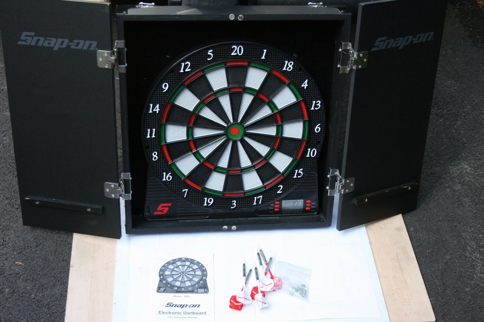 SNAP-ON TOOLS Electronic in Dart Board in Electronic Wooden Case with Darts 074d14