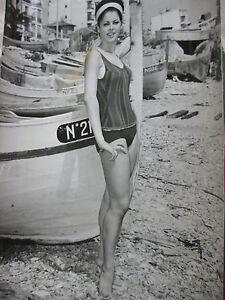 Photo-presse-vintage-1963-Mannequin-en-maillot-de-bain-dans-un-port-de-peche