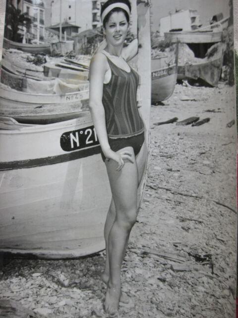 Photo presse vintage 1963 Mannequin en maillot de bain dans un port de pêche