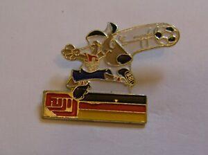 WORLD-CUP-94-USA-SOCCER-GERMANY-FLAG-STRIKER-MASCOT-FUJI-vintage-pin-badge-Z8J