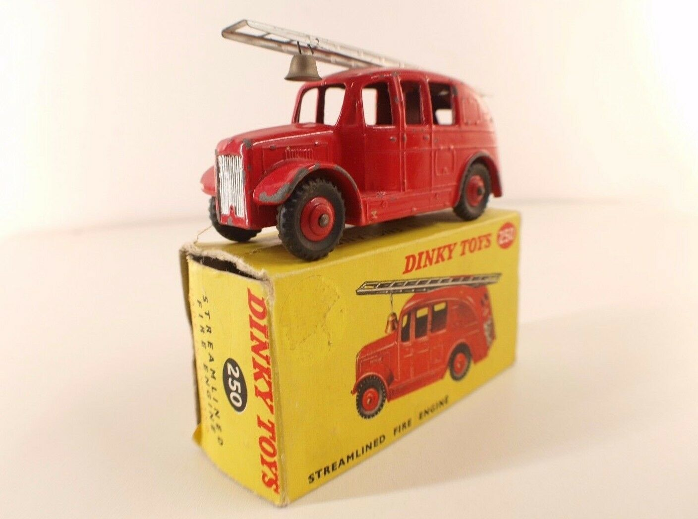 Dinky giocattoli GB No. 250 Streamined Fire Engine Fire combatiente in scatola