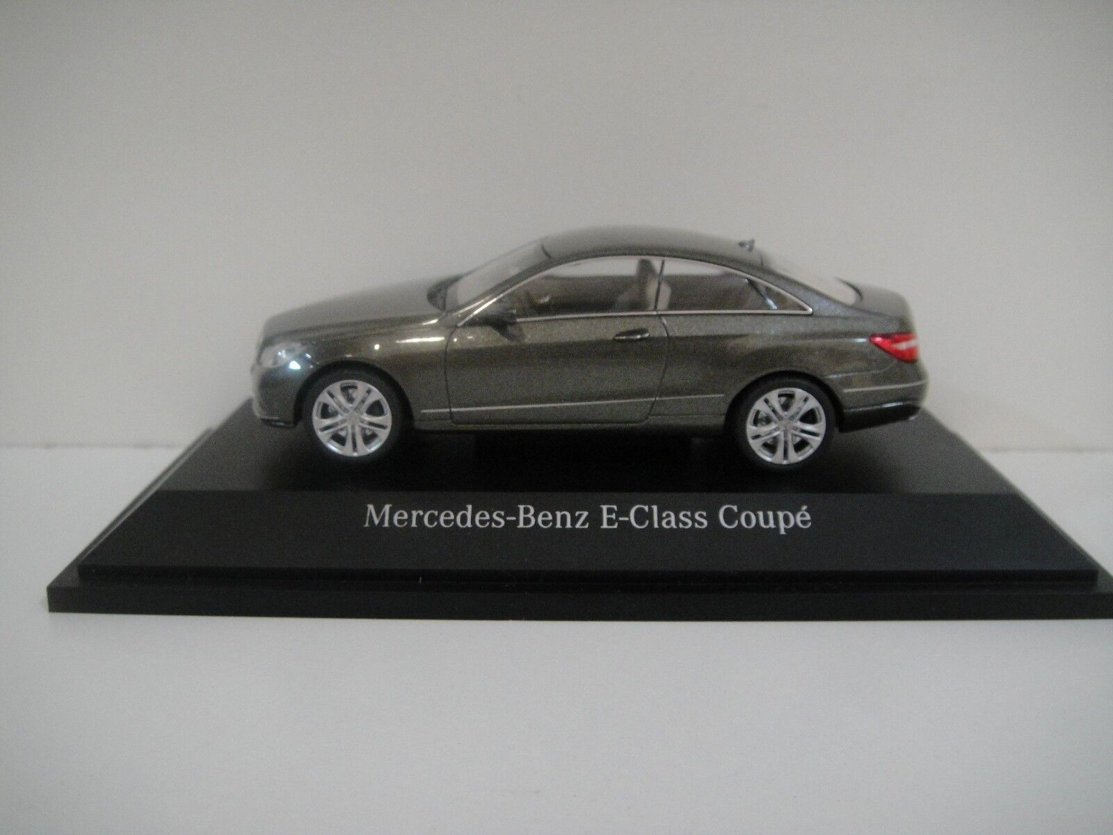 --1 43 SCHUCO. MERCEDES-BENZ E-Class Coupé Coupé Coupé 2009. grisverde-metallic. d0c3ed