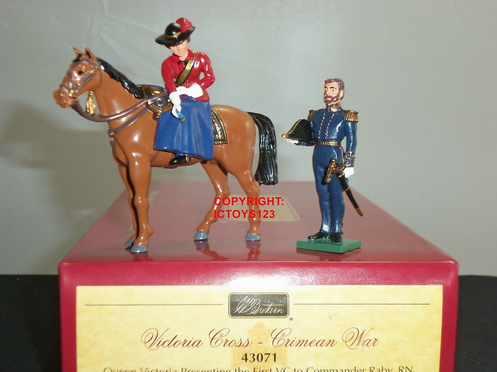 BRITAINS 43071 CRIMEAN WAR QUEEN VICTORIA PRESENTING VC TO CAPTAIN RABY SET