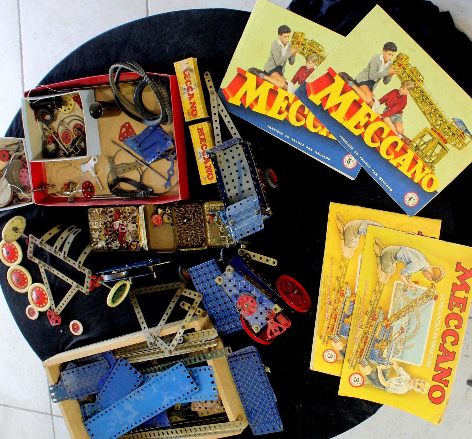 Ensemble   Lot  MECCANO Comprenant 4 revues et de nombreuses pièces détachées