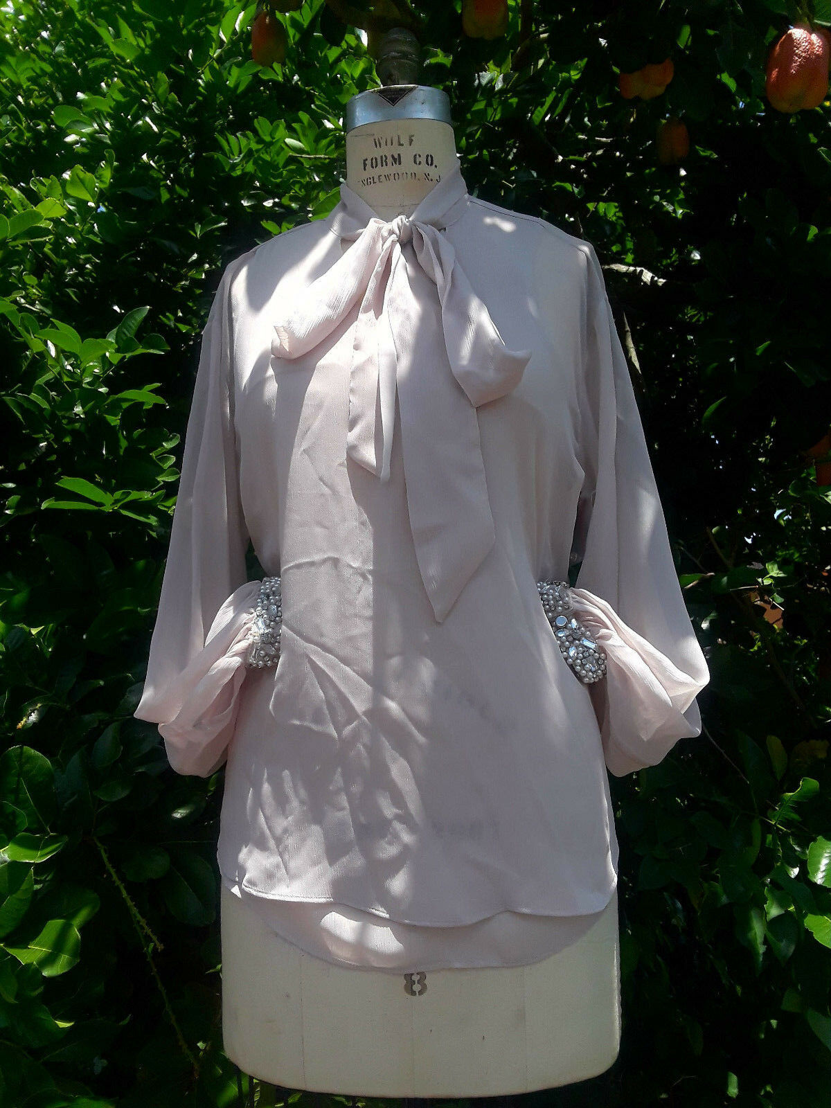JLO mauve pussy bow blouse bejeweled embellished pearl cuffs damen Größe M NWT