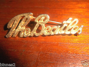 THE-BEATLES-GENUINE-1960-039-s-BROOCH-BADGE-PIN-GOLD-COLOUR-SCRIPT-034-THE-BEATLES-034-ACE