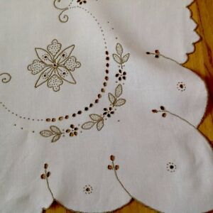 VINTAGE-HAND-EMBROIDERED-OFF-WHITE-amp-TAUPE-LINEN-TABLECLOTH-33X34-INCHES