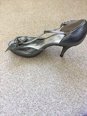 Shelly de Londres Tamaño 39 Zapatos De Barra De Plata Metálico Tee con arco