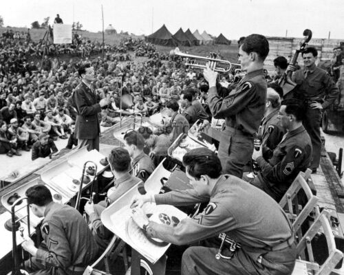 MAJ FB-093 GLENN MILLER CONDUCTS THE ARMY AIR FORCE BAND IN 1944-8X10 PHOTO