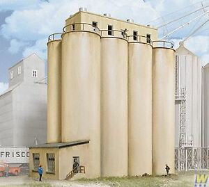 WALTHERS-CORNERSTONE-HO-SCALE-1-87-HEAD-HOUSE-WITH-SILOS-BN-933-2942
