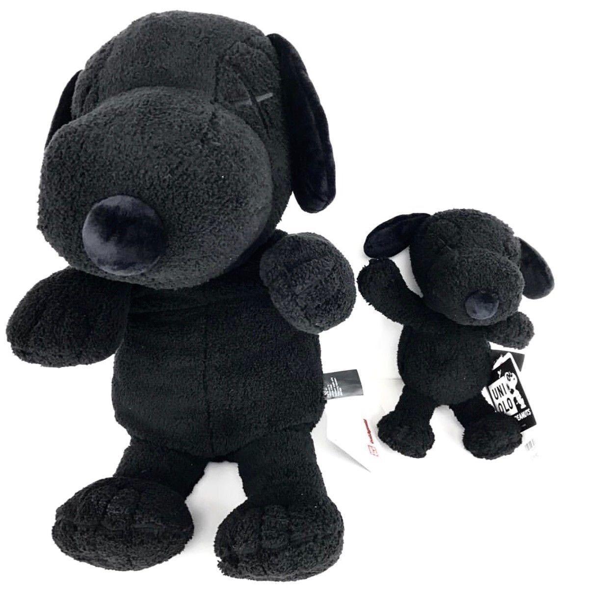 Conjunto De Peanuts Snoopy KAWS X Uniqlo Peluche Negro grande y pequeño en mano