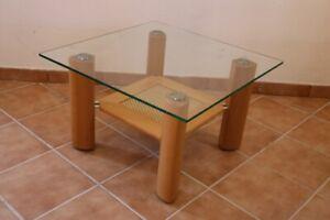 Couchtisch-Glas-Holz-Geflecht-auf-Rollen