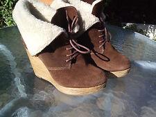 Bershka cuña con plataforma de madera, Top Brazalete De Piel, botas de gamuza.