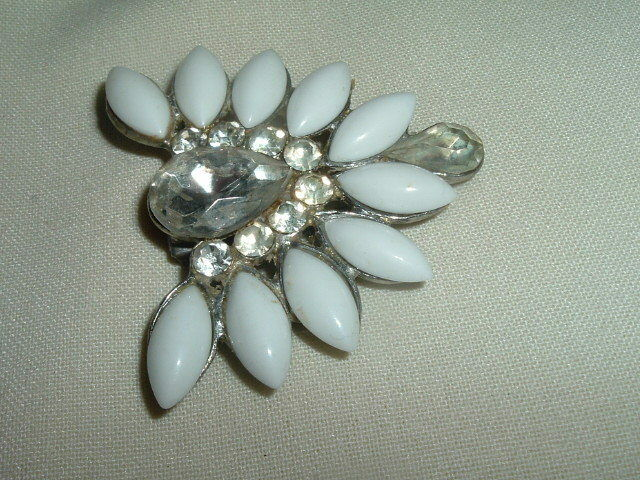 VINTAGE WHITE MILK GLASS AND RHINESTONE DRESS OR FUR CLIP IN GIFT BOX