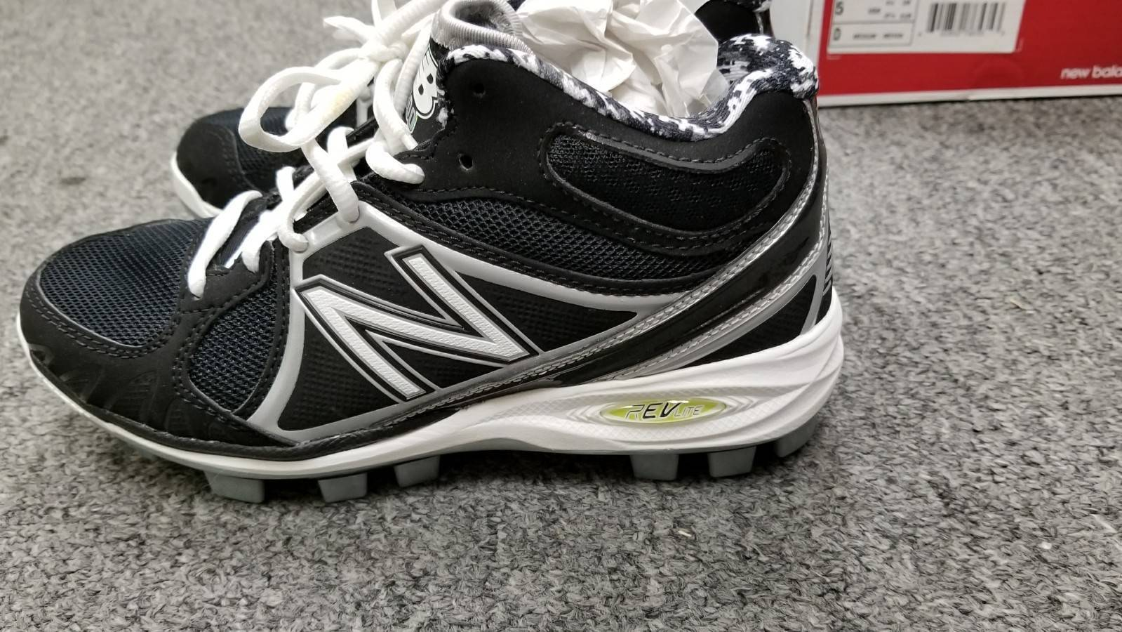 New Balance MB2000MS Baseball Mid Cut TPU Molded Cleat Size 5  BRAND NEW