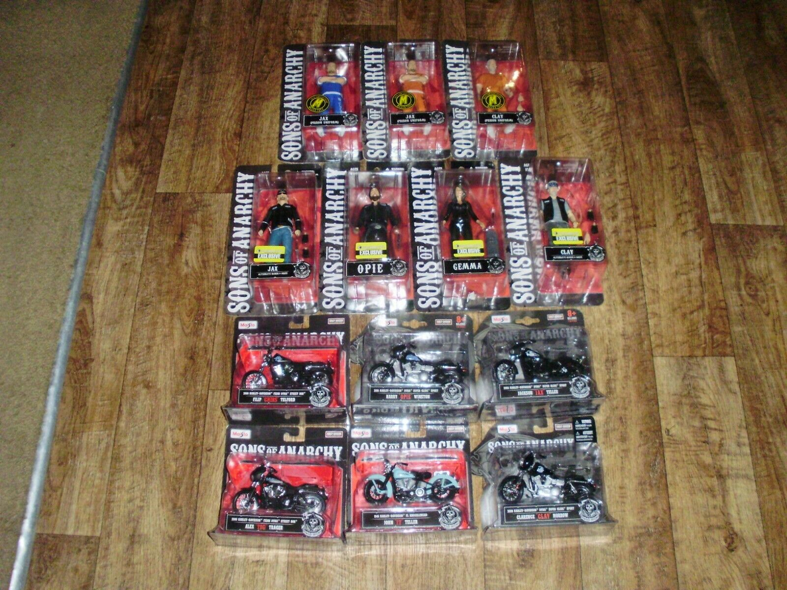SONS OF ANARCHY SET EXCLUSIVE FIGURES(7) AND SET OF ALL 1 18 DIECAST MOTORCYCLES