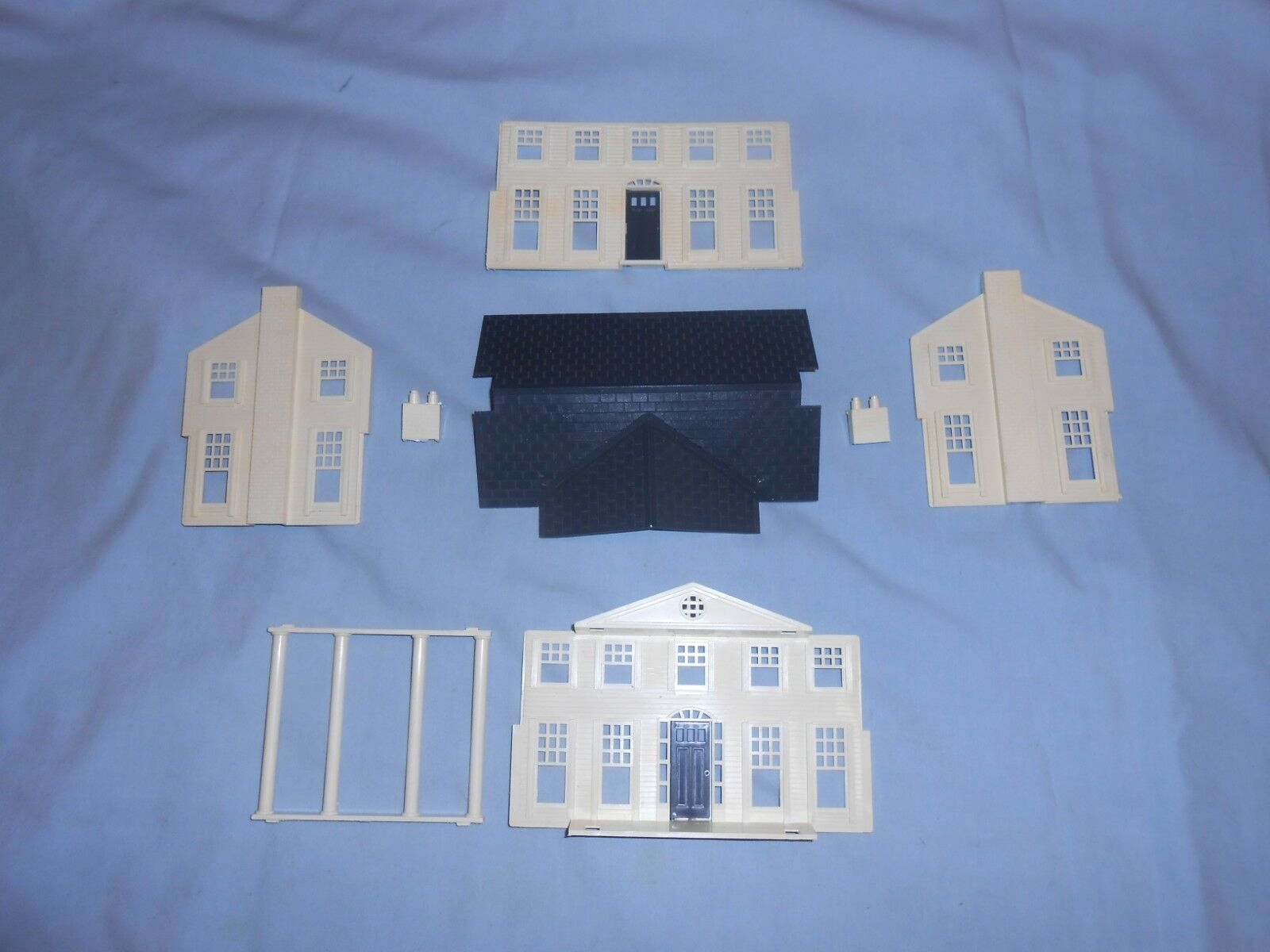 Bachmann O-S Scale Plasticville Colonial Mansion with Grey Roof