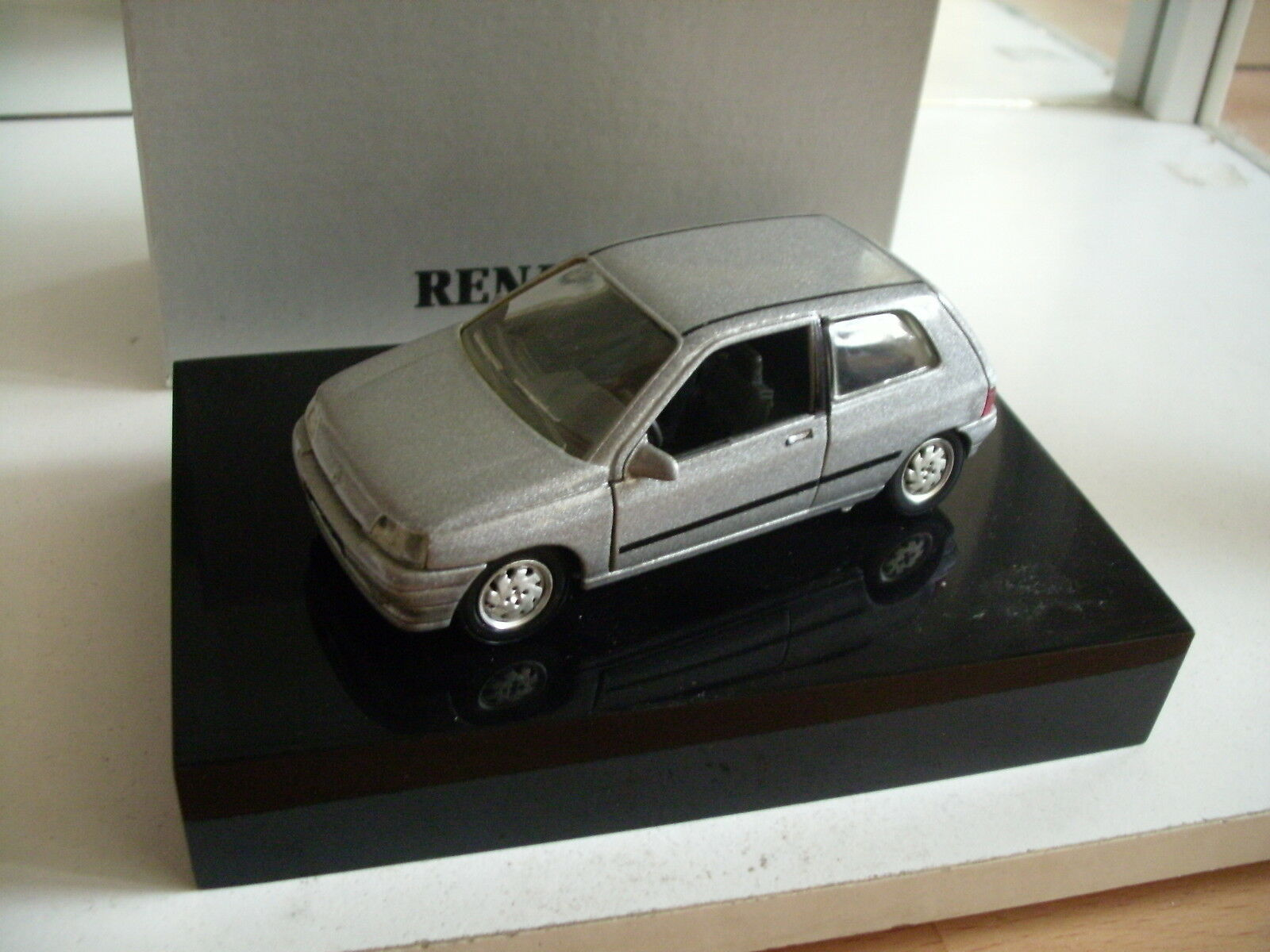 Solido Renault Clio in gris in Dutch Gift box on 1 43