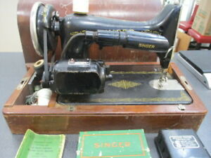 Vintage-SINGER-Sewing-Machine-from-1935-Bentwood-Case-amp-Instructions-Included