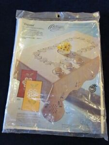 Vtg-Paragon-Elegance-Tablecloth-Kit-Stamped-Daisy-Creamy-White-59x106-Mint-A92a