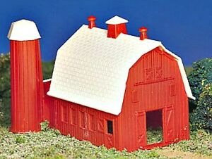 New in Box  Bachmann PLASTICVILLE  HO Scale  Dairy BARN