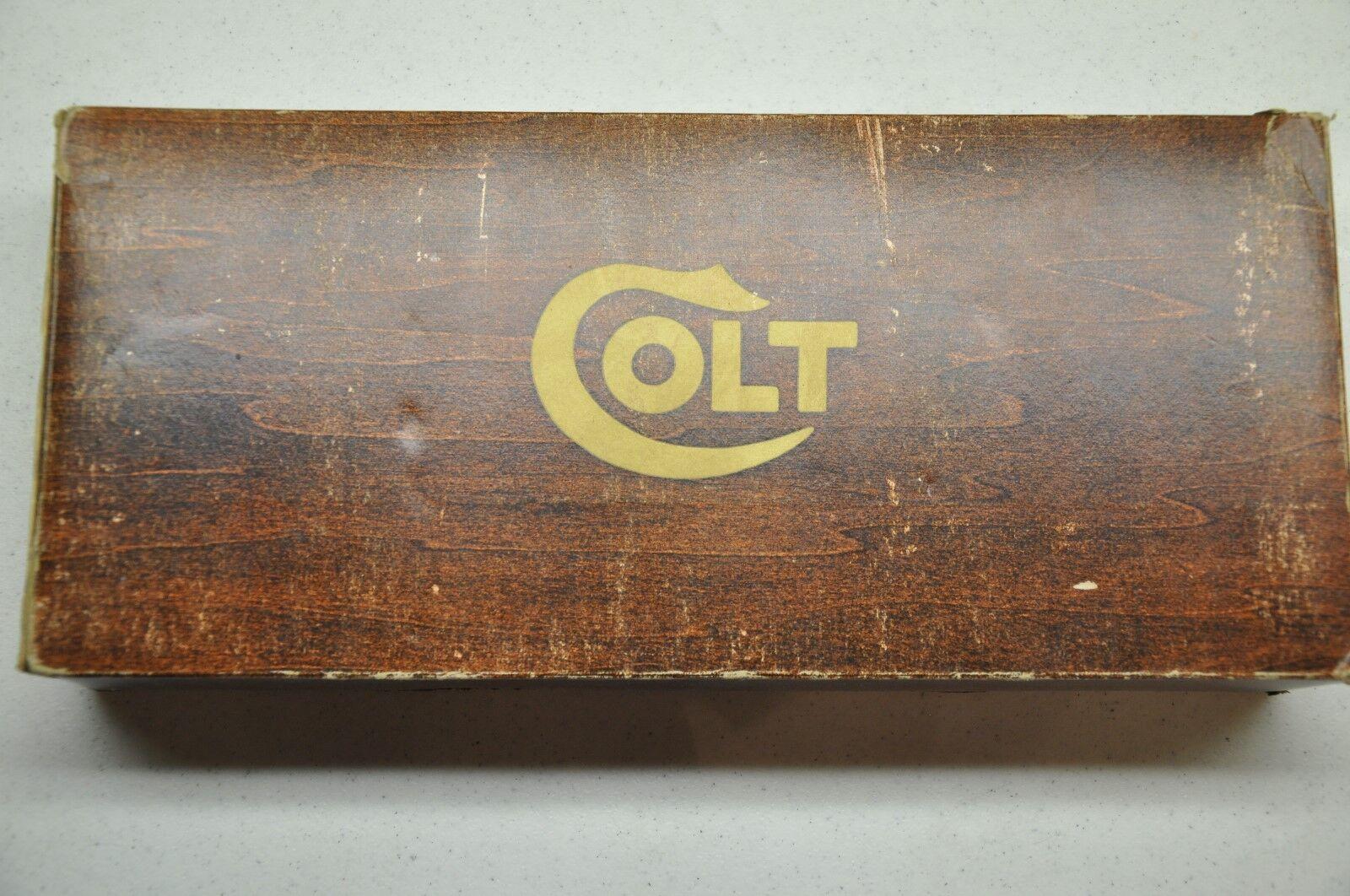 Colt Saa 5 1 2 BBL 45 LC grano de madera caja de espuma de poliestireno