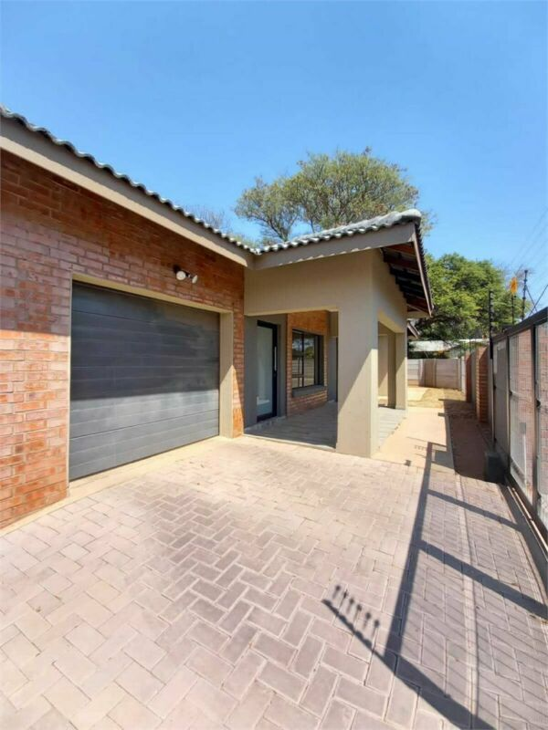 MODEREN 3 BEDROOM HOUSE TO LET CLOSE TO HIGH SCHOOL.