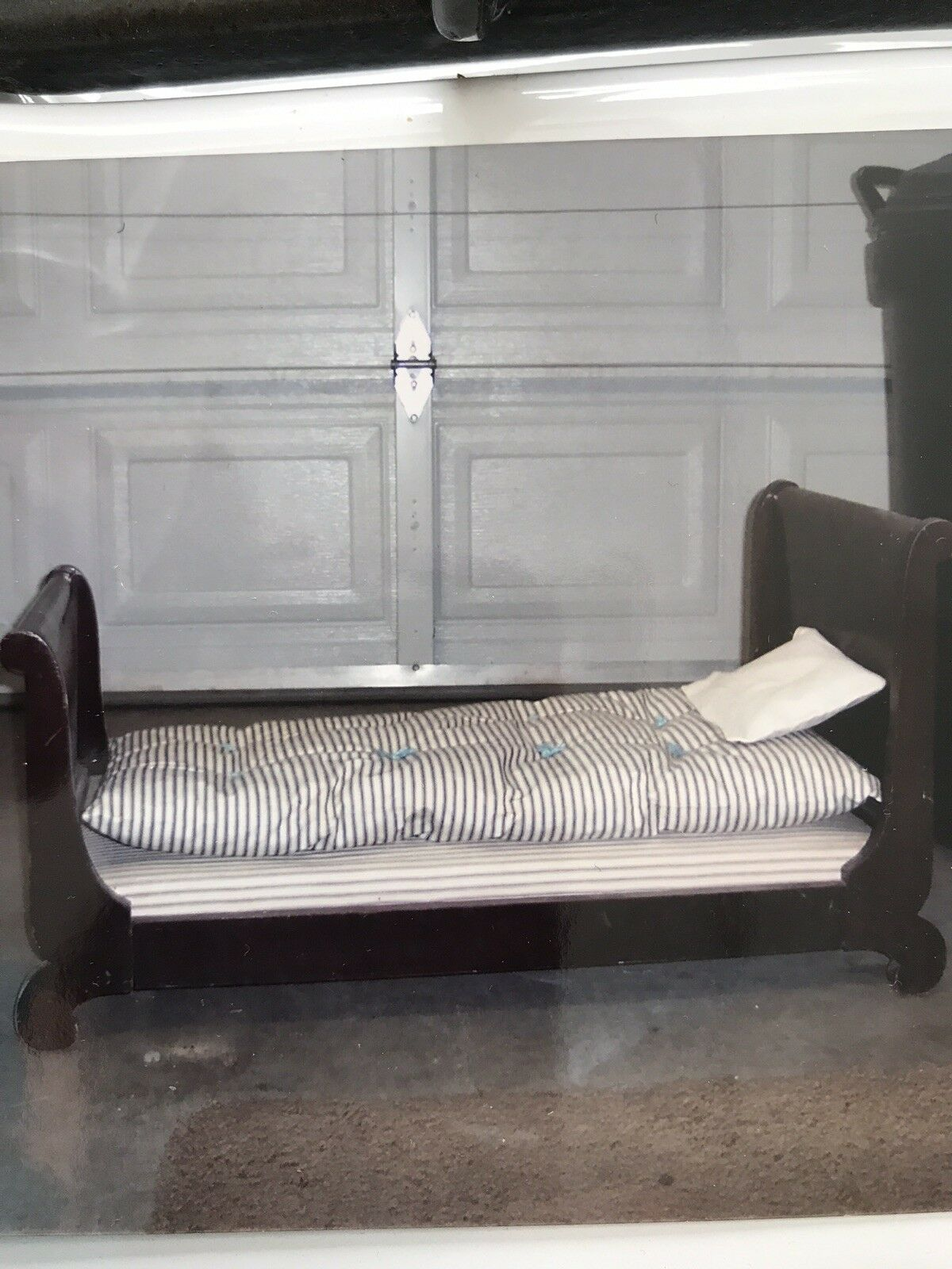 Cama De Muñeca Antigua cuerda de madera con colchón y almohadas.