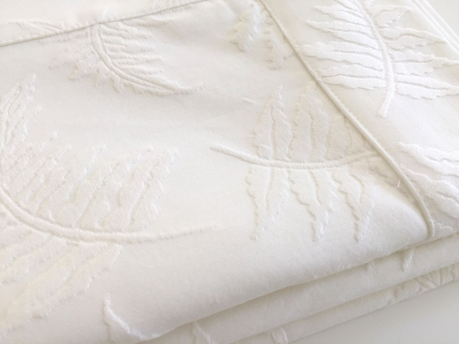 Beautiful Deluxe Jacquard Matelasse Coverlet Bedspread Blanket 160x240cm White