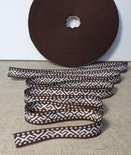 Ribbon Traditional ethnographique avec Letton New jumis Signes Blanc Avec Marron