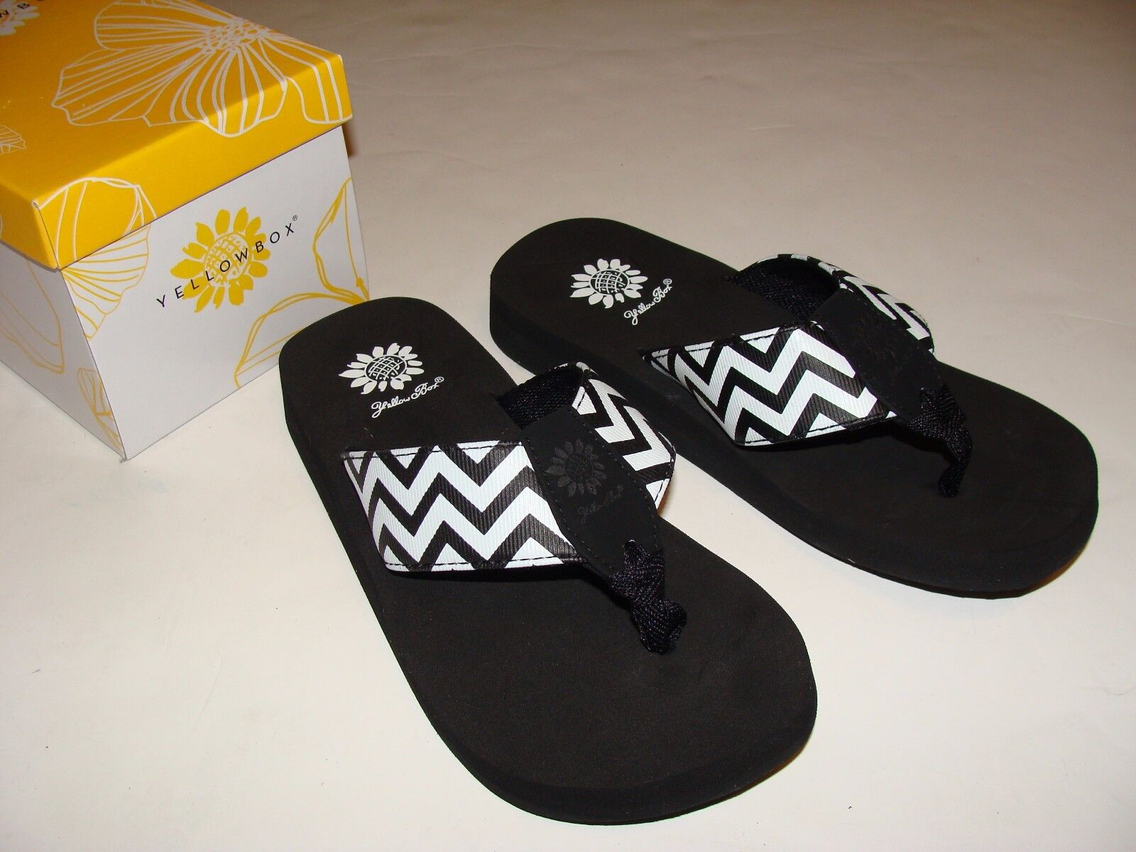 Yellow Box Flip Flops Yulisa Black White Women's Sandals Size 7 Chevron Women's White NIB NEW aebcdc