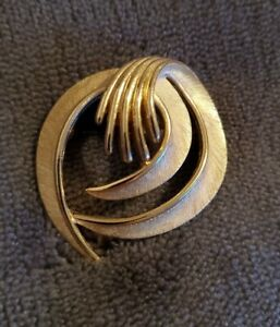 Vintage-Trifari-Brushed-Gold-Tone-Round-Swirl-1960s-Signed-Brooch-Pin
