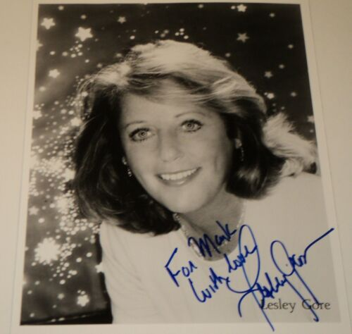 LESLEY GORE / 8 X 10 B&W AUTOGRAPHED PHOTO