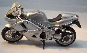Motorrad-Triumph-Daytona-955i-im-Massstab-1-18-Modell-von-Maisto
