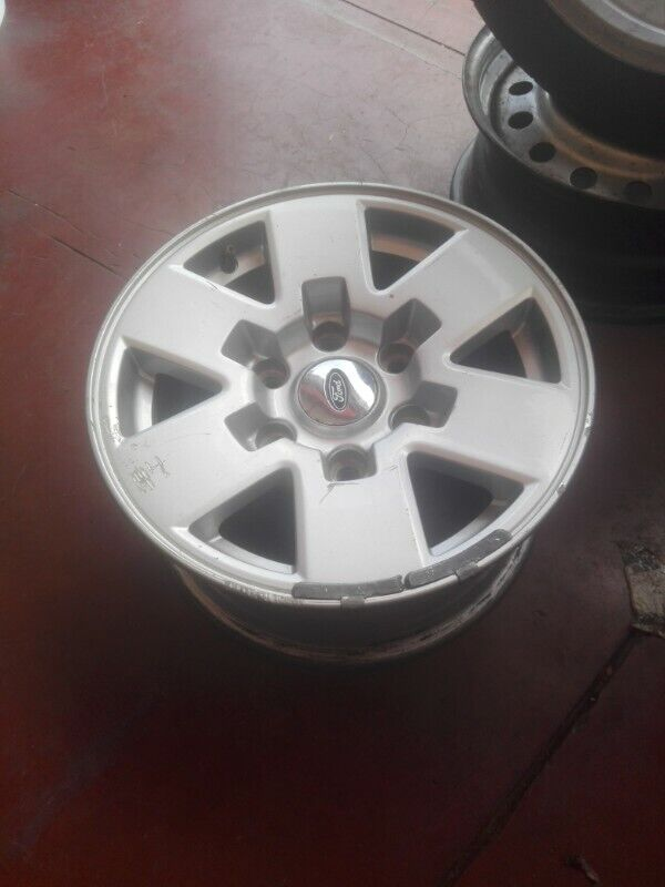 Ford Montana original alloy mags size 15 aset still in good condition