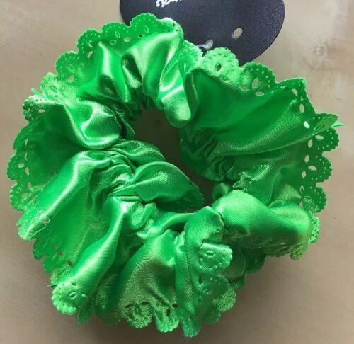 Un brillant satin vert festonné volants Chouchou queue de cheval Groupe//Pompon