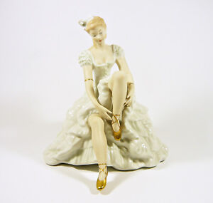 WALLENDORF-GLAMOUR-LADY-PUTS-ON-HER-SHOES-9-034-HANDPAINTED-PORCELAIN-FIGURINE