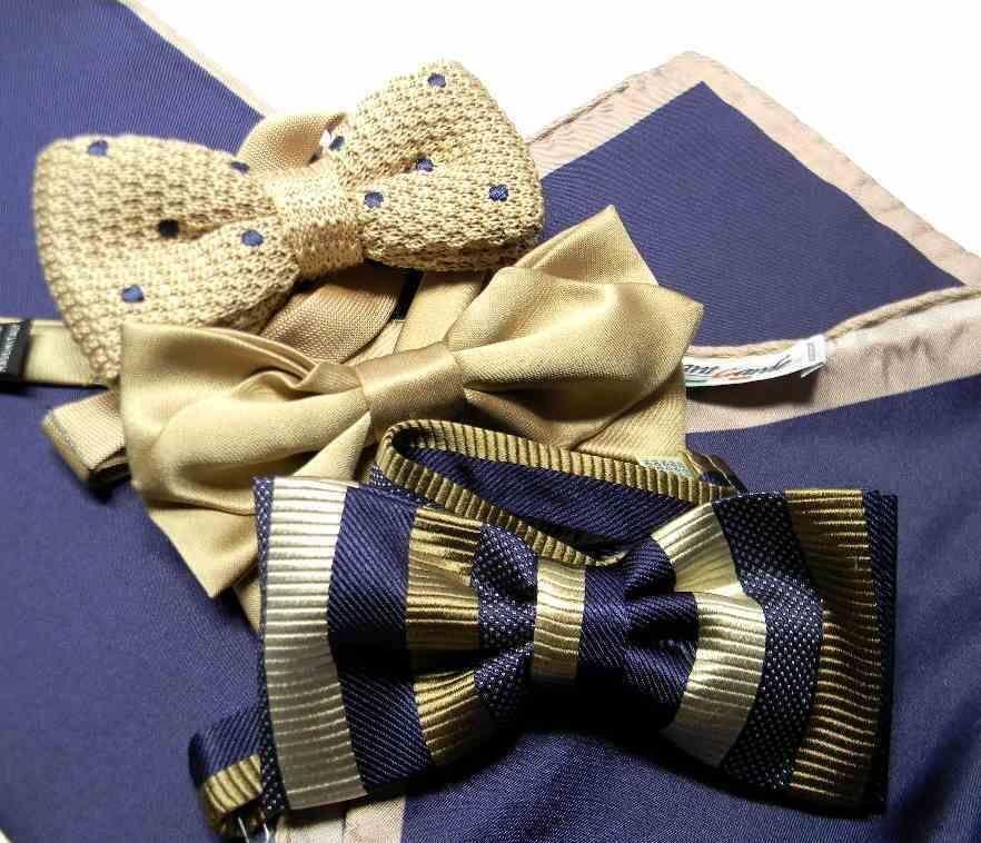 Aimable Abbinata Cravatta A Farfalla Papillon Blu Beige Seta E Pochette Completo Giacca Pour Assurer Des AnnéEs De Service Sans ProblèMe