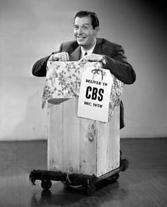 CBS-OLD-TV-RADIO-PHOTO-Radio-Comedian-Milton-Berle-Gets-Ready-For-Christmas-1