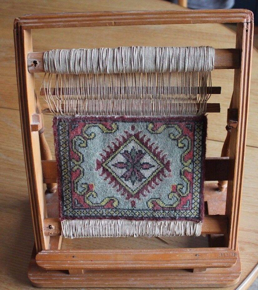 Ancien et joli petit métier a tisser tapis de poupée