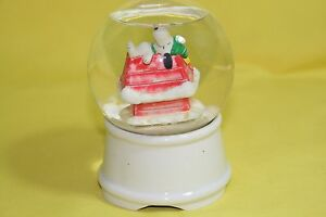 Peanuts Snoopy Willitts Music Box Water Globe Snoopy on Doghouse #8110