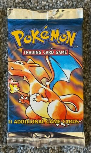 Una busta del Set Base Pokemon con Charizard sopra