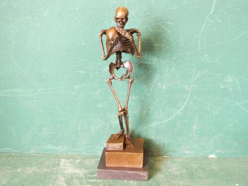 Nr. Marmor // Granit Sockel Sign. Bronze Skelett betrachtet Totenkopf Siegel