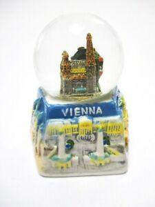Wien-Schneekugel-Stephansdom-Prater-Souvenir-Austria-Porzellan-Sockel
