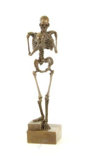 Eine Skelett Bronze Figur Skulptur mit einem Schädel in den Händen Marmorsockel
